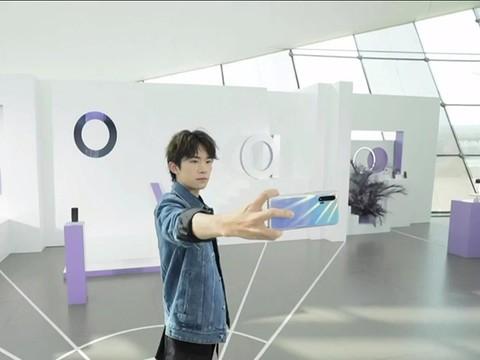 易烊千玺现场体验华为nova6强大自拍