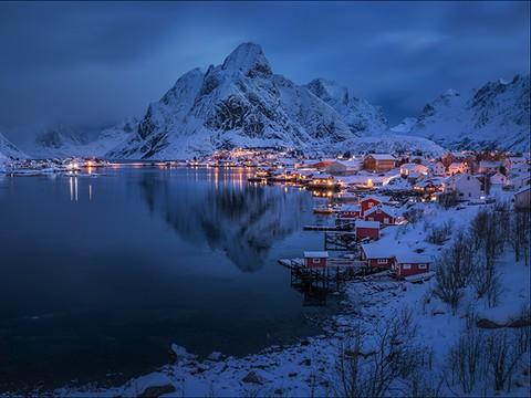 美丽北极光划破芬兰天空 如临梦幻世界